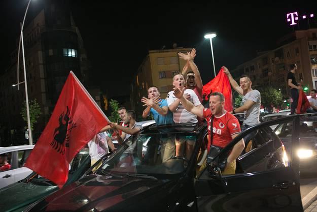 Albanische Fans feiern ausgelassen in Tirana