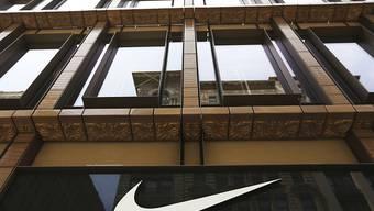 Der Sportartikelhersteller Nike hat im vergangenen Geschäftsquartal einen Gewinnsprung von fast 20 Prozent erzielt. (Archivbild)