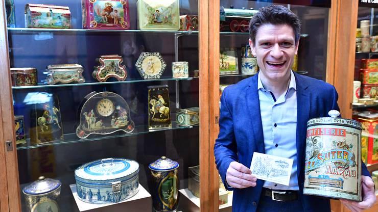 Matthias Suter mit seinem Lieblingsstück: der Bonbon-Dose der Confiserie Merz und Suter aus Aarau. Der Deckel ist mit einem Porzellanknauf versehen.Bruno Kissling