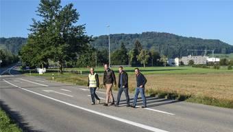 Testlauf für die geplante neue Radwegquerung: Daniel Meier, AEW Energie AG , Gemeinderat Christoph Meyer, Vizeammann Simon Zubler und Hanspeter Strebel von der beauftragten Bauunternehmung Brun+Strebel AG.
