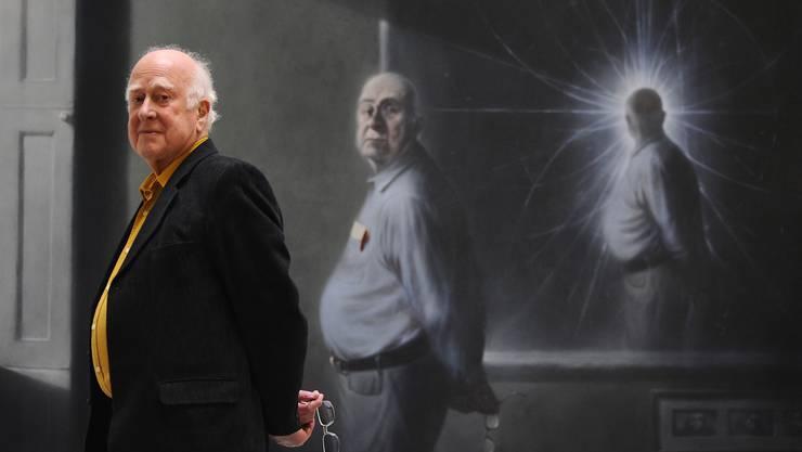 Der wirkliche Peter Higgs; der gemalte schaut uns an und der denkende schaut dem Teilchengewusel zu. Gemälde von Ken Currie.