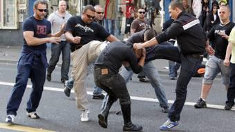 Ein Mann wurde von drei Unbekannten angegriffen (Symbolbild).
