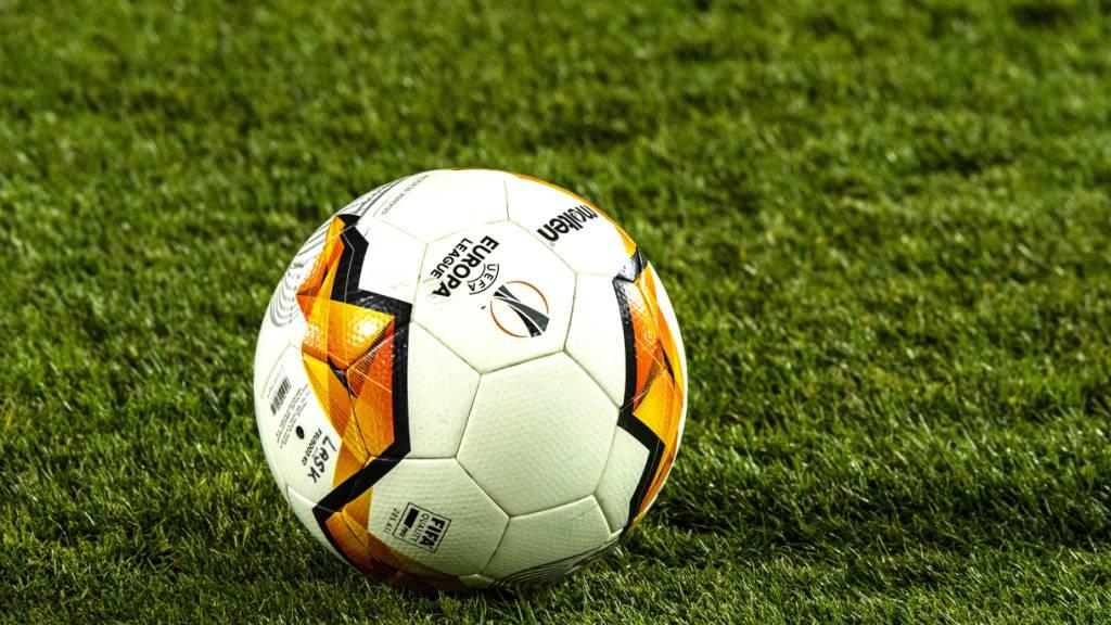 Die UEFA rät die nationalen Fussballverbände davon ab, die Saison abzubrechen. (Symbolbild)