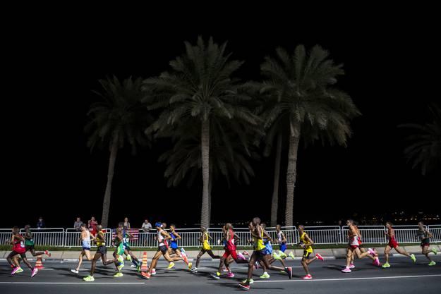 Einzigartige Bilder: Die Marathon-Konkurrenzen fanden in Doha um Mitternacht statt.