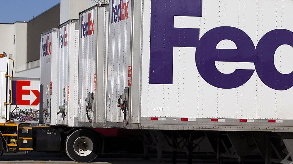 Der Paketzulieferer FedEx stellt sich auf einen abflauenden Welthandel ein: Er senkte seine Gewinnprognose erneut. (Archivbild)