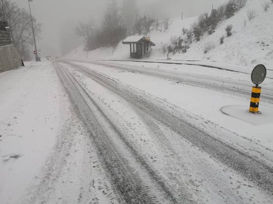 Auf der Staffeleggstrasse herrschen winterliche Verhältnisse