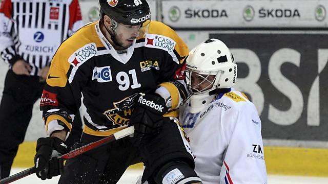 Luganos Julian Walker bedrängt Kloten-Goalie Martin Gerber.