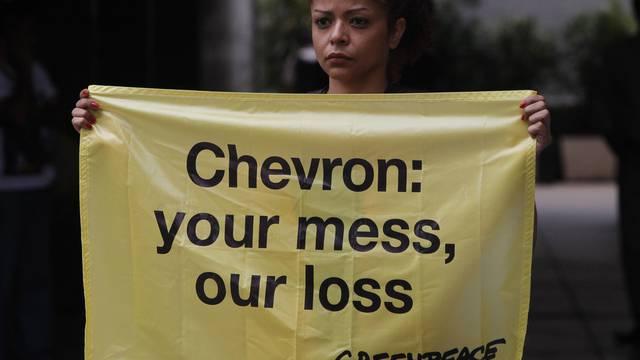 Eine brasilianische Greenpeace-Aktivistin protestiert gegen den Öl-Multi Chevron (Archiv)