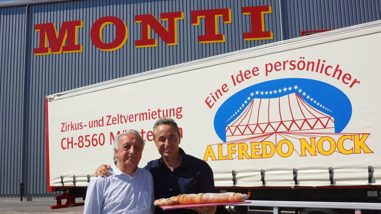 """Circus Monti AG übernimmt Zeltvermietung Alfredo Nock AG. Alfredo Nock übergibt symbolisch den """"Chapiteau-Schlüssel"""" an Johannes Muntwyler"""