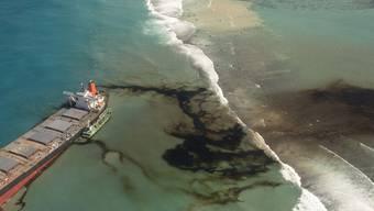 HANDOUT - Blick auf den Frachter «Wakashio», der bereits am 25. Juli auf Grund lief, und vor der Ostküste von Mauritius im Indischen Ozean liegt. Foto: Gwendoline Defente/Etat Major des Armees/AP/dpa - ACHTUNG: Nur zur redaktionellen Verwendung und nur mit vollständiger Nennung des vorstehenden Credits