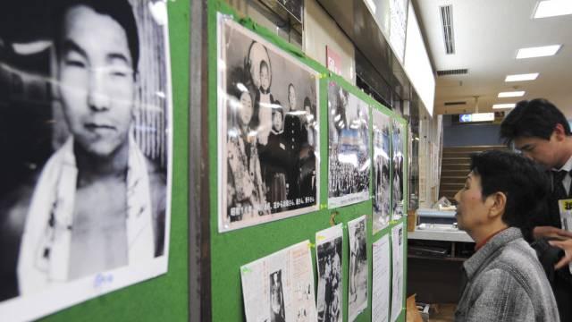 Hideko Hakamada (Bild an Wand) und seine Schwester (r) (Archiv)