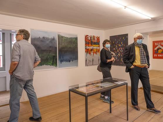 Die Eröffnung der Ausstellung zu «Kreative contra Corona» –inklusive Schutzmasken.