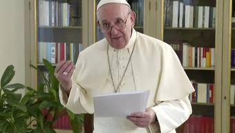 HANDOUT - Papst Franziskus spricht am vierten Tag der 75. Generaldebatte der UN-Vollversammlung in einer vorher aufgezeichneten Videobotschaft, die im Hauptquartier der Vereinten Nationen abgespielt wird. Foto: -/UNTV/AP/dpa - ACHTUNG: Nur zur redaktionellen Verwendung im Zusammenhang mit der aktuellen Berichterstattung und nur mit vollständiger Nennung des vorstehenden Credits