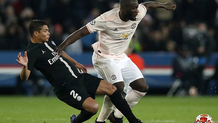 Manchesters Doppeltorschütze Romelu Lukaku (rechts) im Zweikampf mit PSG-Captain Thiago Silva