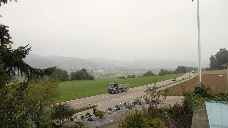 Blick auf den vordersten Teil des geplanten Abbaugebiets. Auf der Strasse ein Lastwagen des Kieswerks. WUA