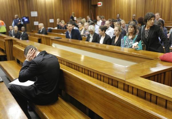 Oscar Pistorius hält sich die Ohren zu, als sein Anwalt Details über die Verletzungen seiner ermordeten Freundin Reeva Steenkamp erläutert.