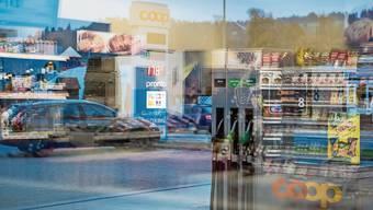 Die Glasfassade eines Coop-Tankstellenshops in Willisau.