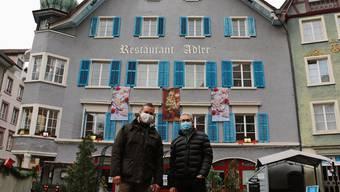 Stadtrat André Maier (links) und Vizeammann Meinrad Schraner erfreuen sich ab vielen sanierten Liegenschaften in der Laufenburger Altstadt.