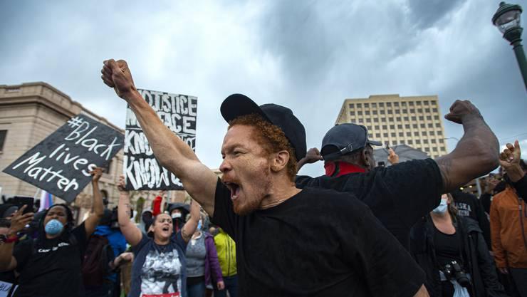 Amerikanerinnen und Amerikaner von überall protestieren auf den Strassen. Hier ein Bild aus Colorado Springs.