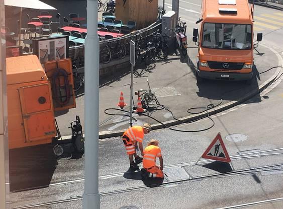 Die Arbeiter der Basler Verkehrs-Betriebe tragen dafür Strohhüte.