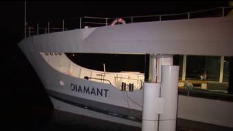 Das Motorschiff ist am Donnerstagabend auf dem Vierwaldstättersee auf Grund gelaufen. Einsatzkräfte versuchen zu retten, was zu retten ist.