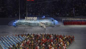 Bunt gekleidete Teilnehmer der Eröffnungszeremonie der Paralympics