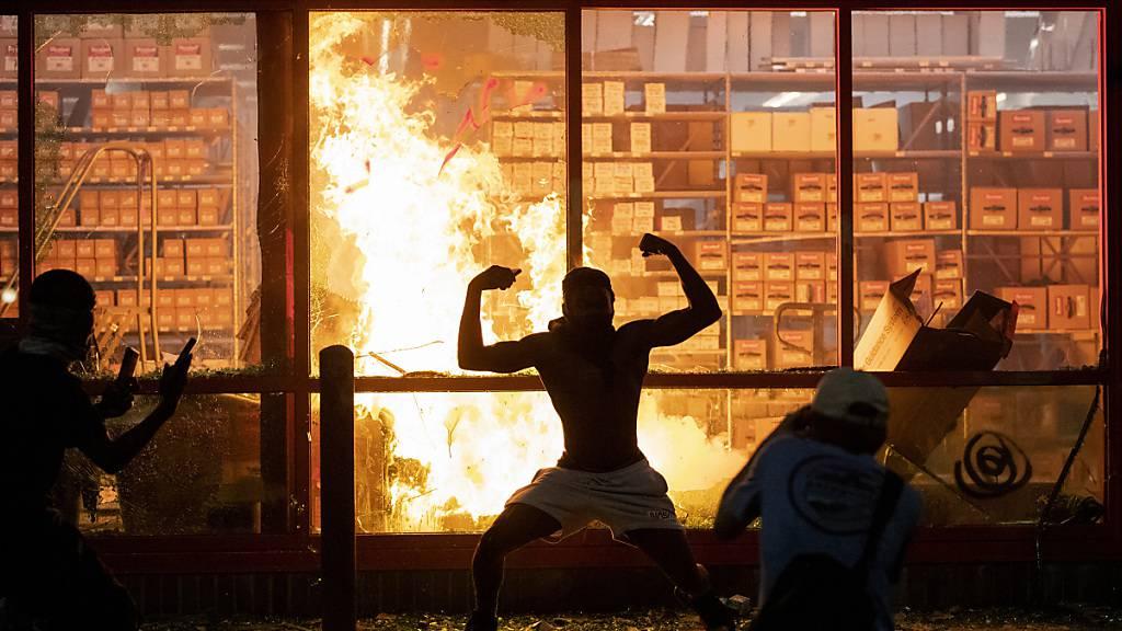 dpatopbilder - In Minneapolis ist es nach dem Tod eines schwarzen Verdächtigen zu gewaltsamen Protesten gekommen. Foto: Carlos Gonzalez/Star Tribune/AP/dpa - ACHTUNG: Nur zur redaktionellen Verwendung und nur mit vollständiger Nennung des vorstehenden Credits