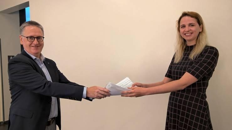 Katharina Kiwic übergibt Stadtpräsident Roger Bachmann die 600 Unterschriften.