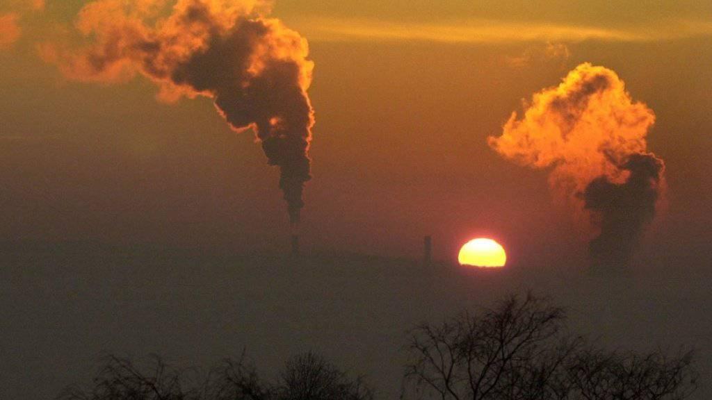 Nur wenige Schweizer glauben, dass eine Senkung des CO2-Austosses und des Energieverbrauchs vereinbar mit dem Streben nach Wirtschaftswachstum ist. (Symbolbild)