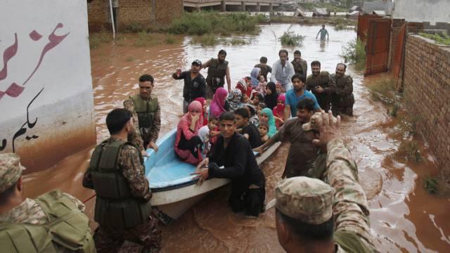 Soldaten retten Einwohner in den Vororten von Islamabad