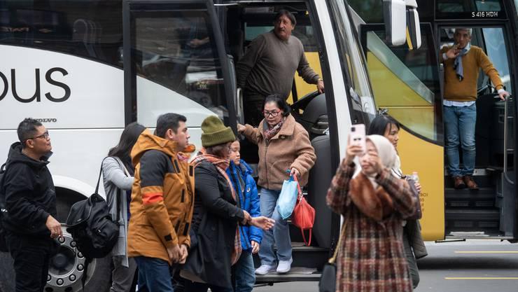 Asiatische Touristen am Schwanenplatz in Luzern. Fotografiert am 3. Februar 2020.