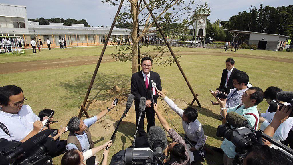 Narahas Gemeindepräsident Yukiei Matsumoto steht im Zentrum der Aufmerksamkeit der Medienleute