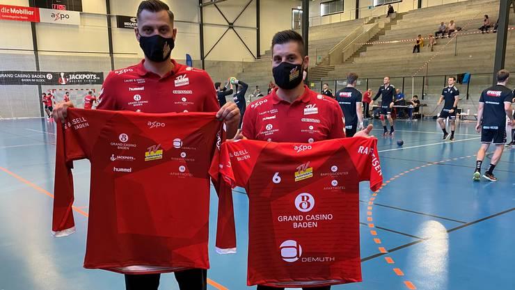 Die beiden verletzten TVE-Spieler Joel Huesmann (l.) und Leonard Pejkovic posieren mit dem neuen Trikot mit den aufgedruckten Namenssponsoren.