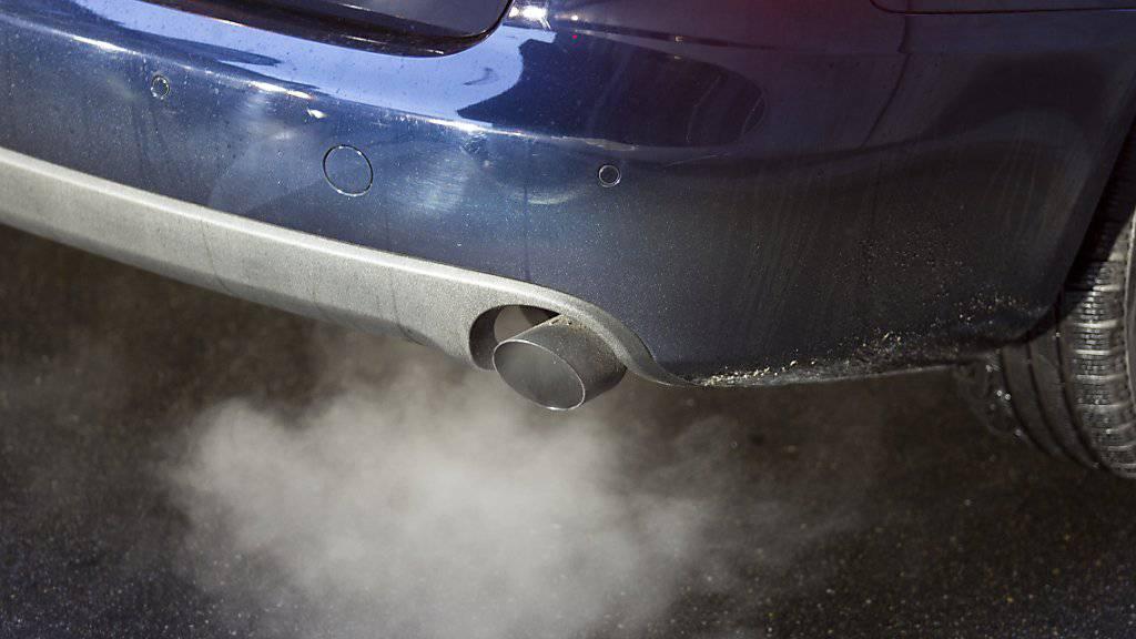 Erstmals seit 1996 haben letztes Jahr Treibstoffverbrauch und CO2-Ausstoss neuer Autos wieder zugenommen. (Symbolbild)