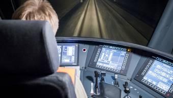 SBB und BLS locken Lokführer mit Sonderprämien in den Führerstand, um dem Personalengpass beizukommen. (Archivbild)