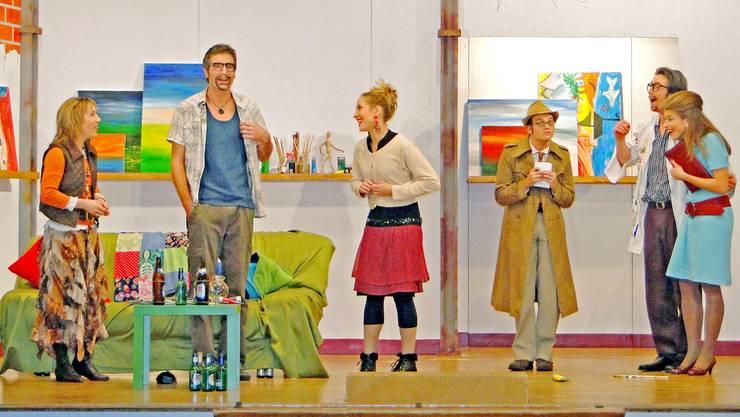 Annalore erklärt Klaus (links) und Franz Gröbli (rechts) sowie deren Frauen eine Situation, die alles andere als einfach ist. (Bild: Arthur Dietiker)
