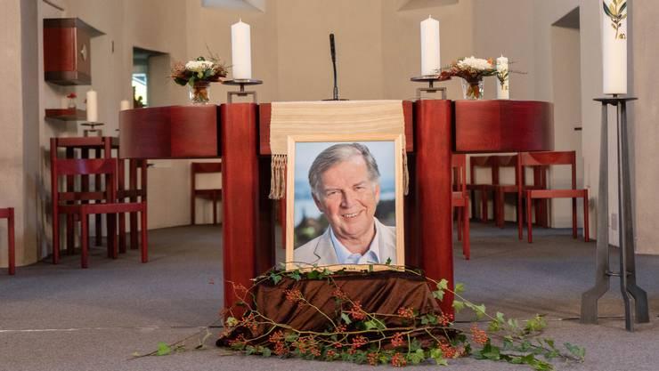 Vor dem Altar der katholischen Kirche Menziken stand am Gedenkgottesdienst ein Bild von Peter Studer.