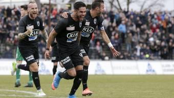Die unbändige Freude muss raus: Miguel Peralta (Mitte) nach seinem Tor gegen Kriens, notabene sein erstes Ligator für den FC Aarau im 40. Einsatz.