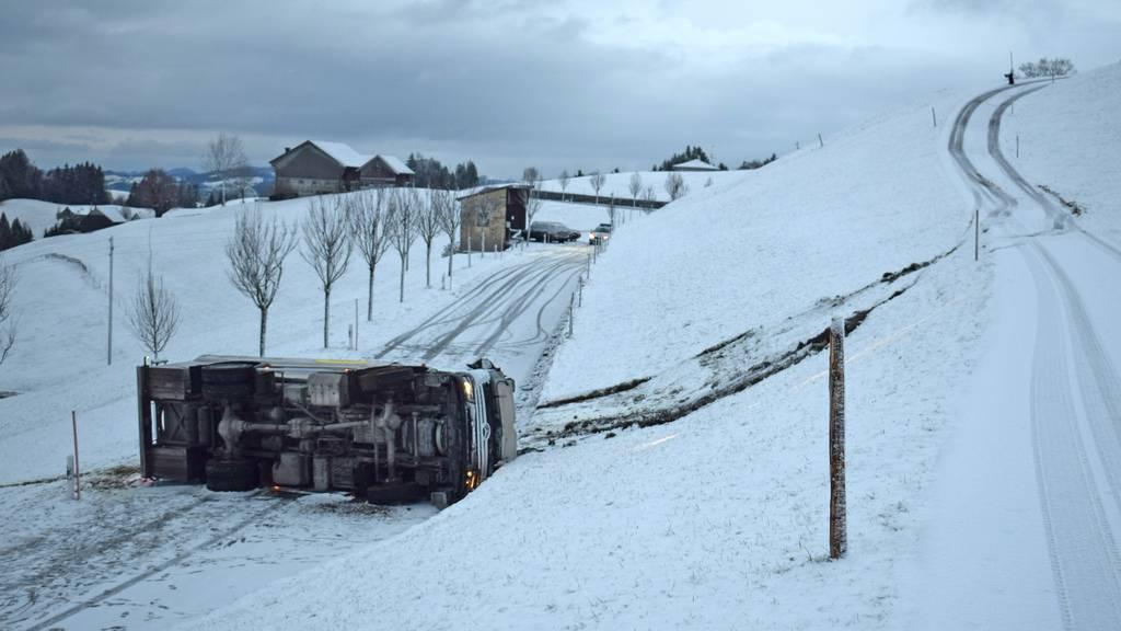 Spektakulärer Unfall: Milchlastwagen überschlägt sich mehrfach