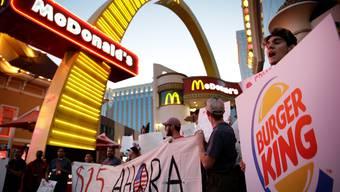 Mitarbeiter von US-Fast-Food-Ketten demonstrieren für höhere Löhne
