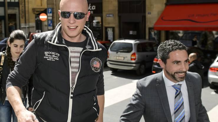 Der Polizist Patrick Siron (links) wurde am Montag von einem Neuenburger Regionalgericht wegen Amtsgeheimnisverletzung in zwei Fällen schuldig gesprochen.