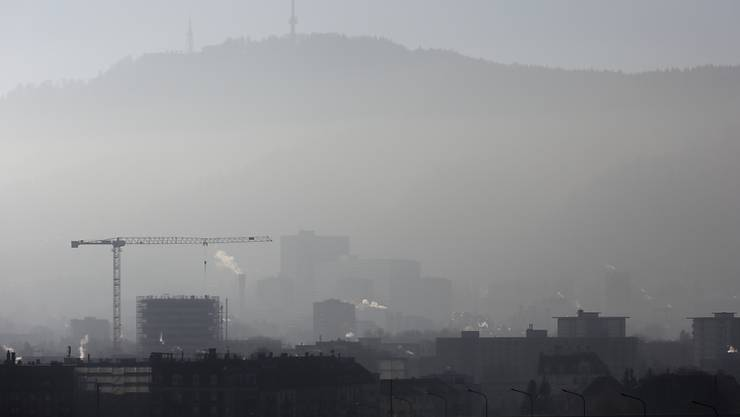 Feinstaub und Dunst über Zürich: Die Schweiz müsste beim C02-Abbau mehr leisten. (Archivbild)