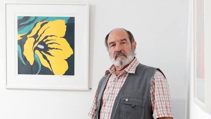 Markus Leibundgut, Retrospektive zum 75. Geburtstag: Links des Künstlers das Bild «Gelbe Tulpe». (Foto: Hanspeter Bärtschi)