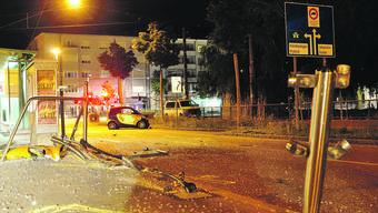 Der Pizzakurier verlor die Kontrolle über seinen Smart: Er knallte gegen das Geländer der Traminsel und zertrümmerte die halbe Tramhaltestelle. Verletzt wurde glücklicherweise niemand.