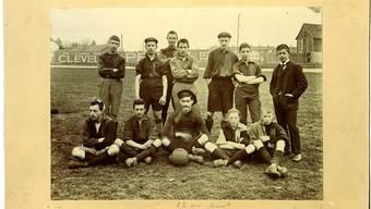 Ernst Thalmann (rechts stehend) mit der Mannschaft des FC Basel II auf dem Landhof 1900.
