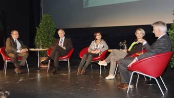 Moderator Christoph Grenacher, Hansjörg Knecht, Heidi Birrer, und Franziska Bircher und Thomas Rudolph (v.l.) diskutierten über Einkaufstourismus und Online-Handel.