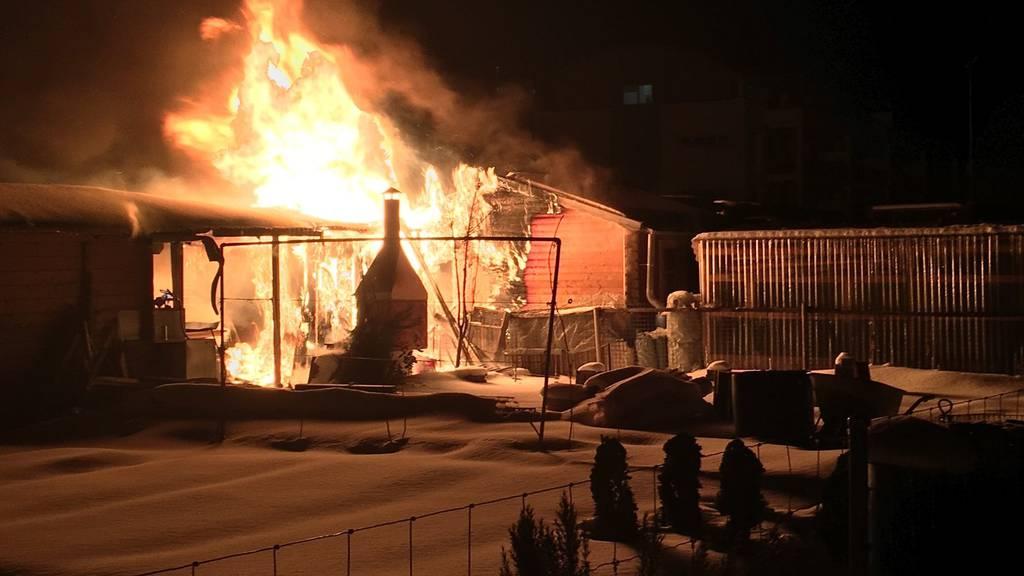 In Chur brannten mehrere Gartenhäuser nieder.