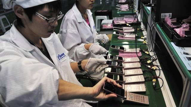 Arbeiterinnen in einer nordostchinesischen Produktionsstätte für Handys (Archiv)