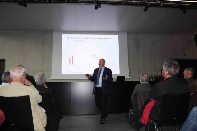 Anhand von vielen Grafiken und Vergleichszahlen zeigt Anton Gunziger auf, dass sich die Energiewende für alle rechnet.