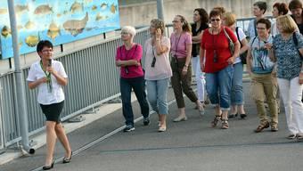 Besucherreferentin Sabine Trapp-Brüstle (links) mit einer Gruppe beim Rundgang über das Stauwehr.zvg
